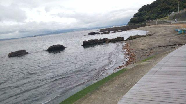 美術館の前の海のウッドデッキから観音崎を望む