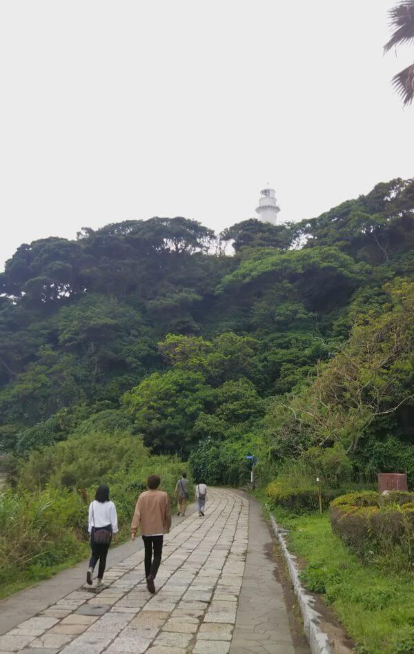 灯台を望む観音崎の石畳の小路