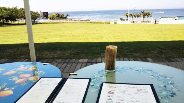 アクアマーレテラス席で海を眺める