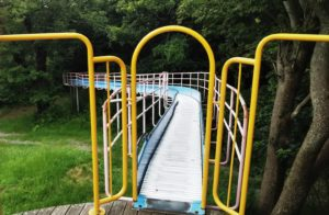 森のほうへ滑っていくローラー滑り台
