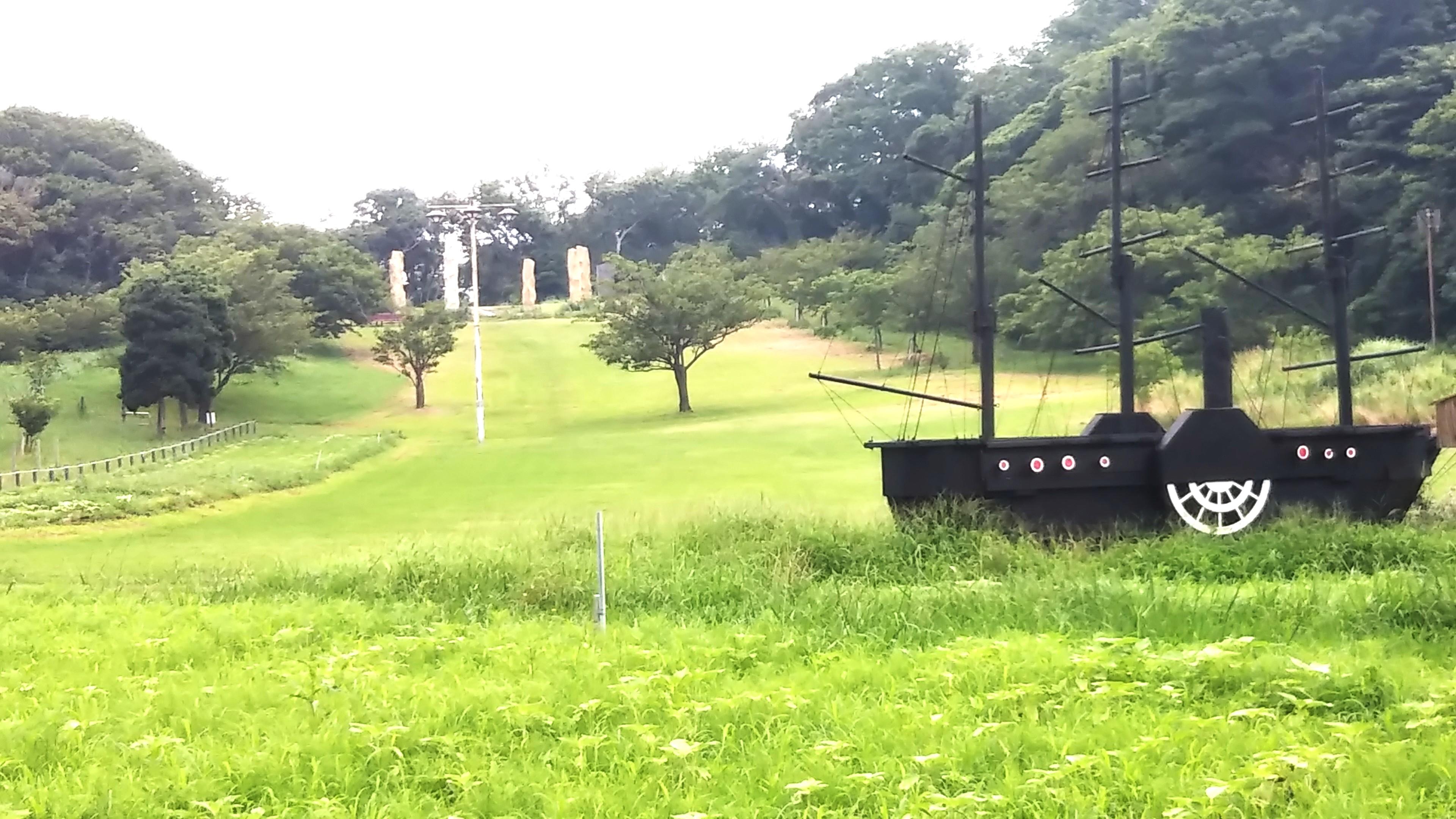 黒船と石の塔