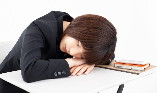 オフィスで午睡をする女性