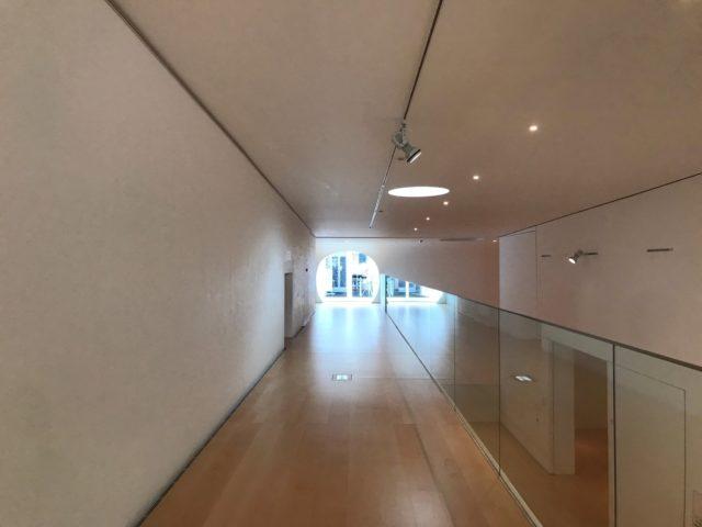 図書室に向かう廊下と丸い通路