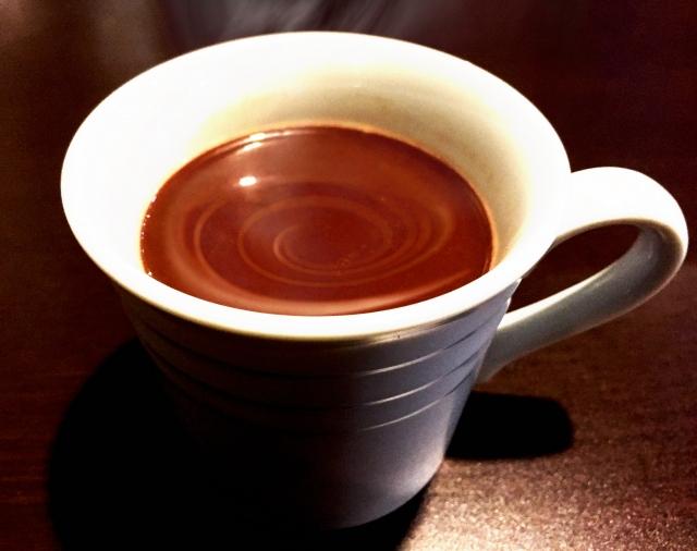 マグカップの熱いココア