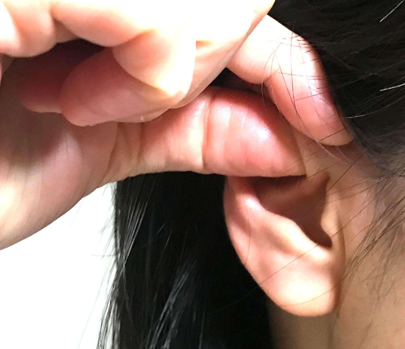 耳の内側と外側からしっかりもむ