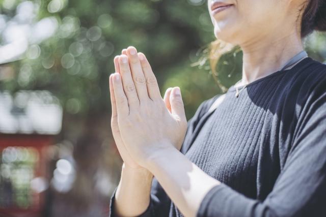 神社で祈る人
