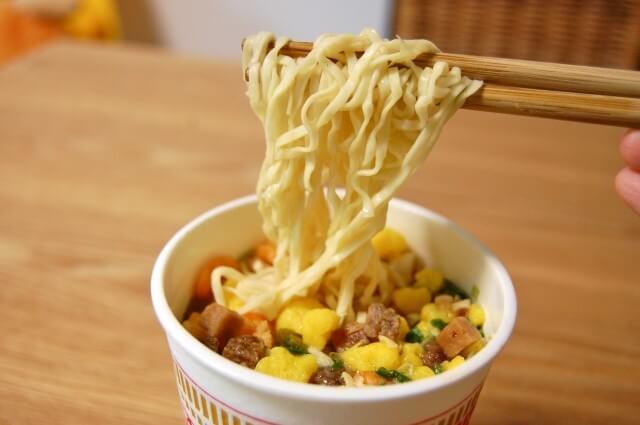 カップ麺を食べる