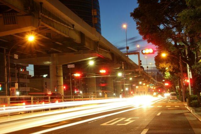夜の運転は視力が大切