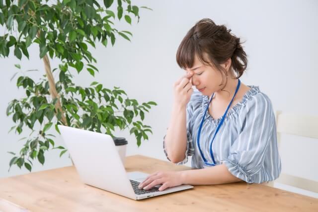 パソコン仕事で目が疲れた女性