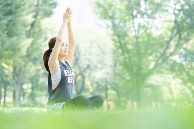公園でヨガをする女性