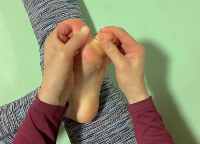 指を前後に裂くようにストレッチ