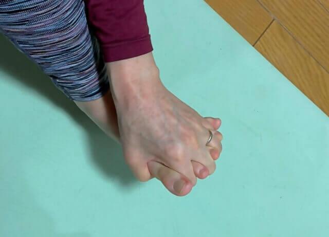 足の甲側から指を組む